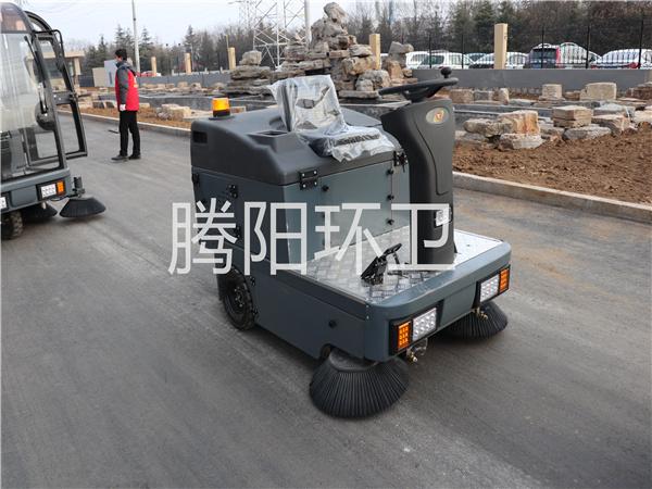 山东腾阳环卫TY-1400型电动驾驶式扫地车